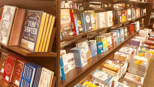 本屋さんで平積みされている本