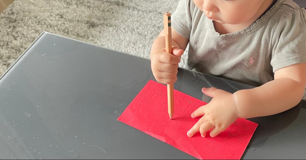 1歳9か月の子が鉛筆で書く様子